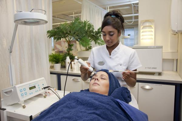 Kuvituskuva, kosmetologin hoidossa