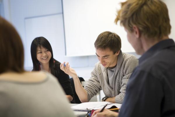 Kuvitukuva, korkeakouluopiskelijat suunnittelevat yhdessä