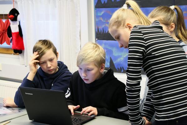 Kuvituskuva, lapset tietokoneella