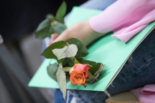 Todistus ja ruusu kädessä