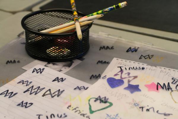 Lapsi on koristellut pulpetin kannen suojuksen piirroksilla