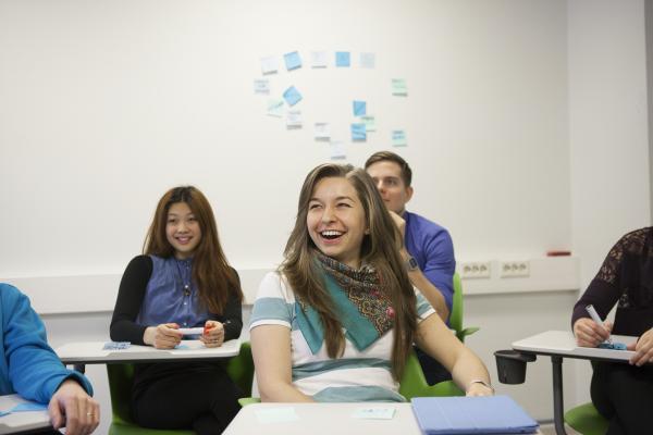 Illustrationsbild, skrattande studerande på timme