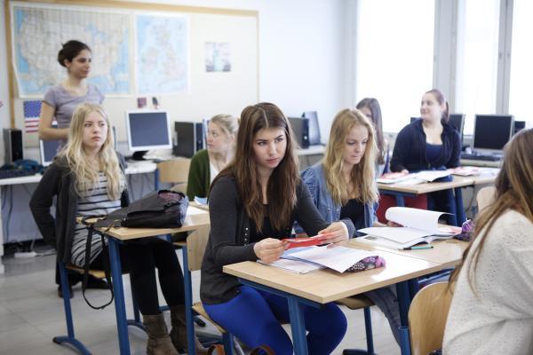 Kuvituskuva, opiskelijat kuuntelevat opettajaa