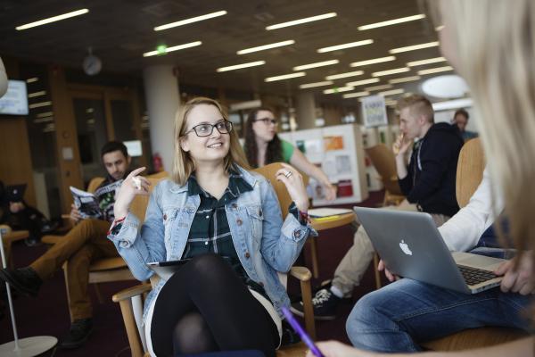Kuvituskuva, opiskelijat opiskelevat kirjastossa