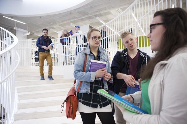 Opiskelijoita kirjaston aulassa