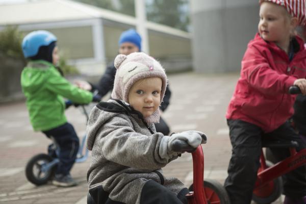 Kuvituskuva, lapset pyöräilemässä