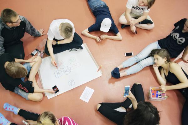 Kuvituskuva, ryhmässä työskentelyä