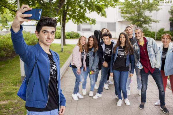Nuoret ottavat ryhmäselfietä