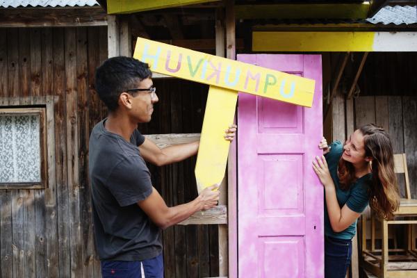 Nuoret rakentavat taloa