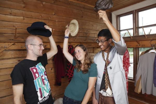 Kuvituskuva, nuoret nostavat toisilleen hattua