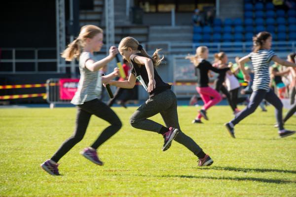 Tytöt juoksevat
