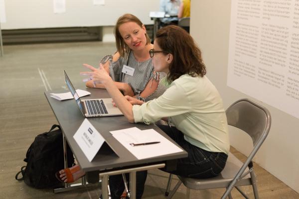 Kuvituskuva: Naiset keskustelevat keskenään