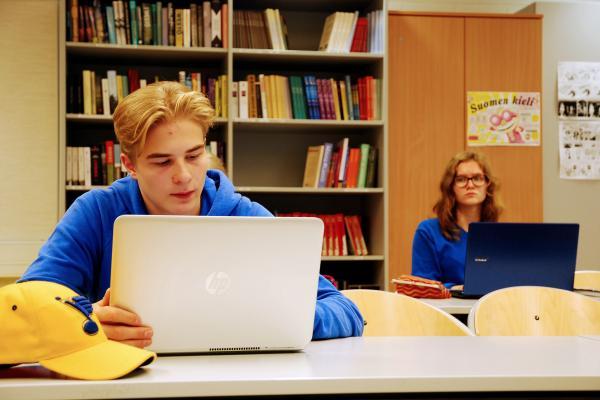 Kuvituskuva: lukiolaiset opiskelemassa