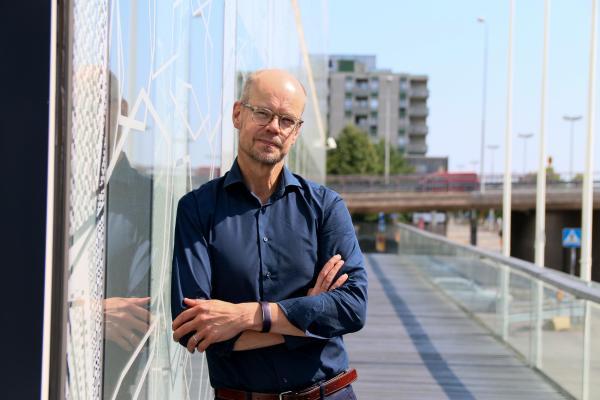 En bild av Olli-Pekka Heinonen utanför Utbildningsstyrelsen