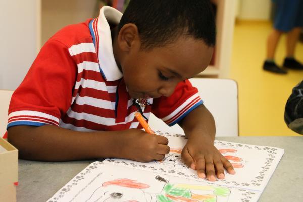 Kuvituskuva-poika piirtää