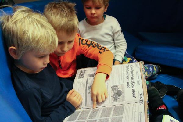 Kuvituskuva: Pojat lukevat yhdessä kirjaa