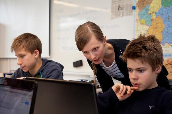 Kuvituskuva - pojat ja tietokoneet