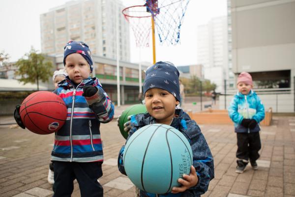 Kuvituskuva - lapset ja koripallot