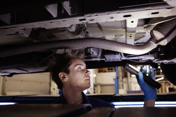 Kuvituskuva: Mekaanikko auton alla