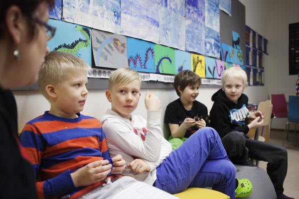 Kuvituskuva: Lapset pohdiskelevat porukalla