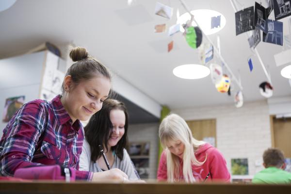 Kuvituskuva: tytöt tekemässä ryhmätyötä