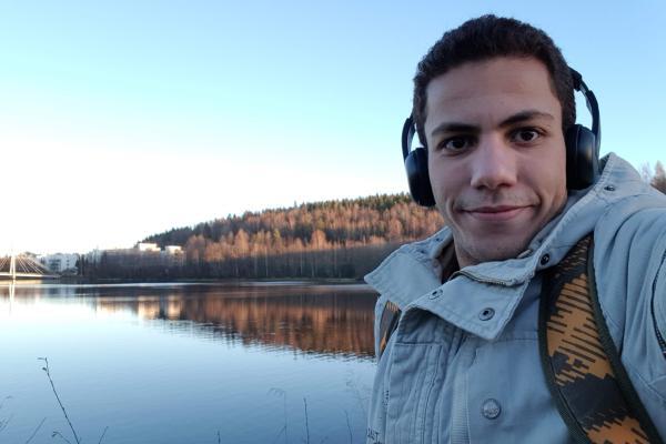 Muhamed Hamdi Jyväskylässä. Taustalla Jyväskylän yliopisto.