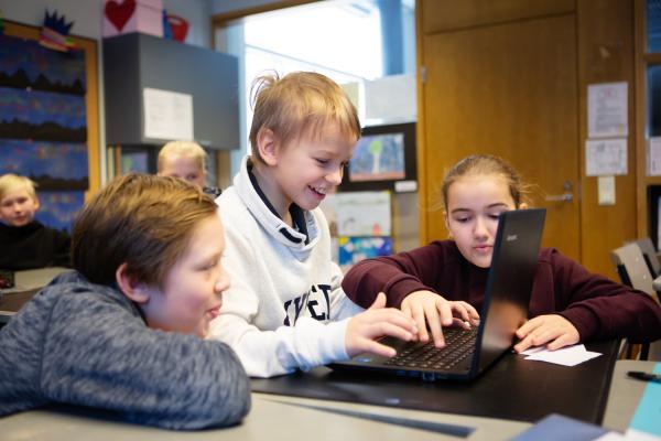 Kuvituskuva: Lapset tekevät tietokoneella ryhmätyötä