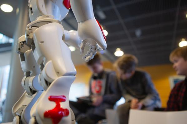 Kuvituskuva: Oppilaat ohjelmoivat robottia