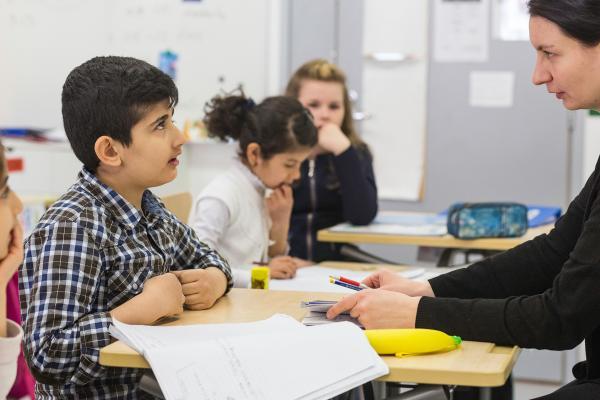 Kuvituskuva: opettaja neuvoo oppilasta