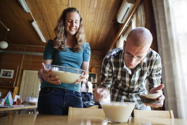 Kuvituskuva: aikuiset kokkaavat