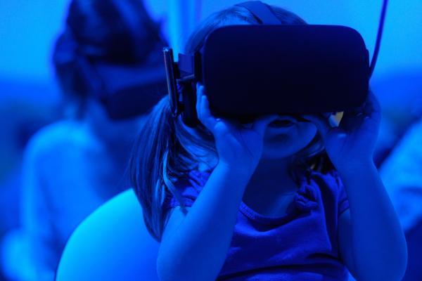 Tyttö virtuaalilasit päässä