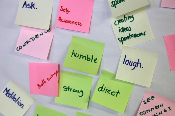 Muistilappuja, joissa sanoja englanniksi.