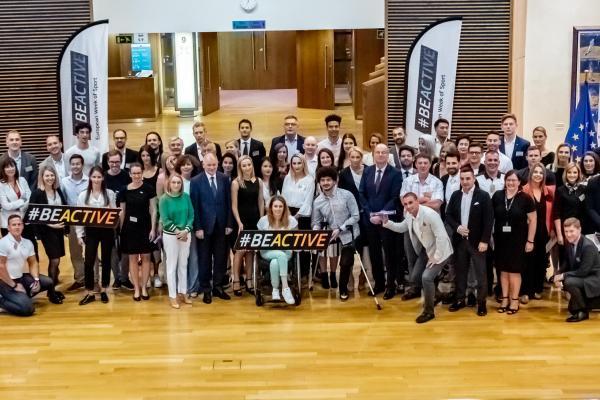 Ryhmäkuva #BeActive Ambassadors' Meetingistä Euroopan komissiosta. Kuvassa on joukko eri maiden kansallisia lähettiläitä sekä yhteyspisteiden edustajia. Lisäksi kuvassa ovat Euroopan komissiosta komissaari Tibor Navracsics ja muuta komission henkilökuntaa.