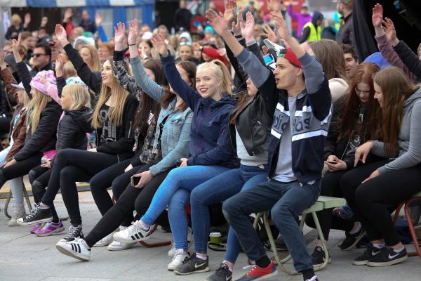 Nuoria tapahtuman yleisössä Torniossa.