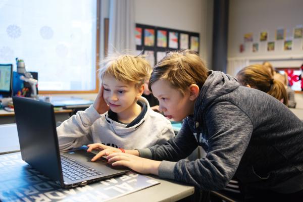 Pojat tietokoneella