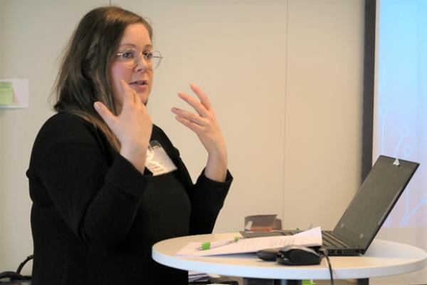 Tuuli Kurki esitteli väistöskirjatutkimustaan Opetushallituksen asiantuntijoille.