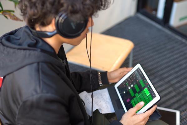 Future Songwriting -hanke. Kuvassa poika säveltää musiikkia tabletilla.