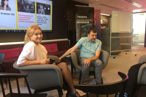 Charles Gil (Vapaat äänet) Luova Eurooppa -yhteyspisteen Susanna Perhomaan haastateltavana WOMEX-valmennuksessa Music Finlandilla 4.9.2019.