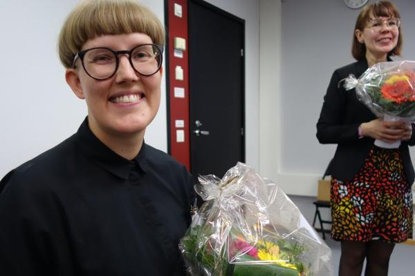 Cygnaeus-palkinnon voittaja Nea Alasaari, taustalla yliopistonlehtori Mari Käyhkö