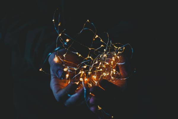Jouluvalot kämmenellä