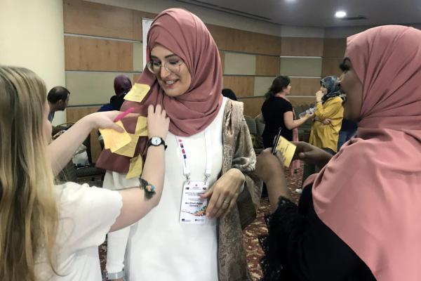 Naiset käyvät ryhmätyön tuloksia läpi