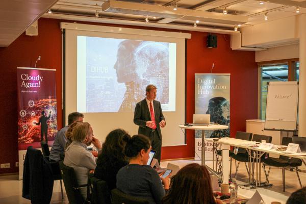 Kuvassa kehittämispäällikkö Jouni Hytönen Helsinki Business Collegesta esittelemässä hanketta