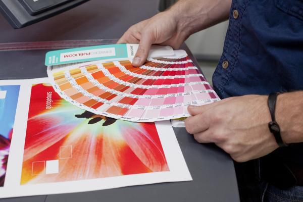 henkilö arvioi painotuoteen väriä väripaletilla