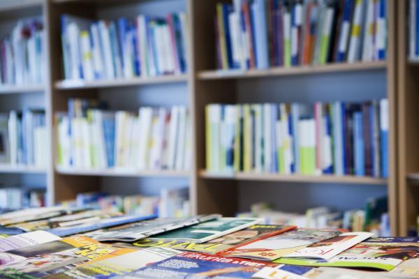 Lehtiä kirjaston lehtisalissa