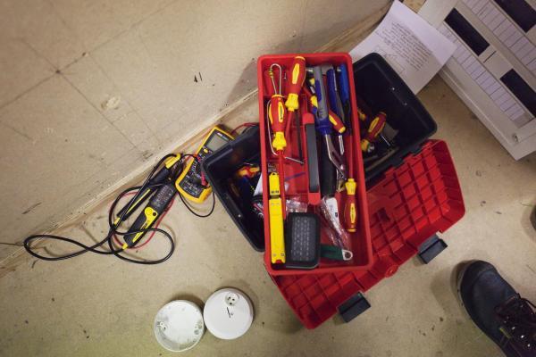 Kuvistuskuvassa sähkömiehen työkalupakki