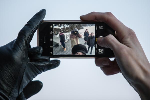 Kuvituskuvassa otetaan kuvaa kännykällä