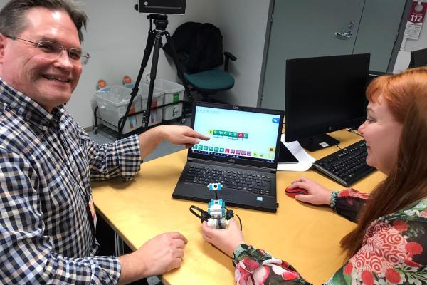 Kuvassa Anu ja Jouni perehtyvät ohjelmoitaviin Legoihin.