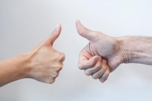 Kuvituskuva kahdesta peukuttavasta kädestä
