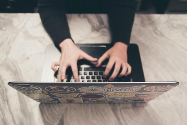 Työskentelyä kannettavalla tietokoneella