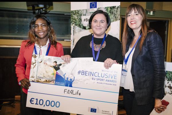 Be inclusive eu sport awards -palkinnon voittajat poseeraavat kymmenentuhannen euron palkintoshekin kanssa.